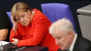 Меркель упала на конференции в Берлине. Момент падения попал на видео