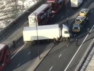 В Лондоне произошел кровавый теракт на мосту. Копы в долгу не остались