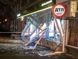 «Улицу усыпало деньгами». В Киеве подорвали отделение государственного банка