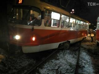Водитель трамвая в Киеве не справился с управлением и... врезался в столб