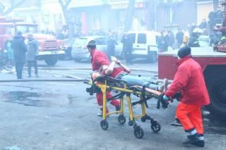 В Одессе бушует сильный пожар. Люди спасаются, выпрыгивая из окон