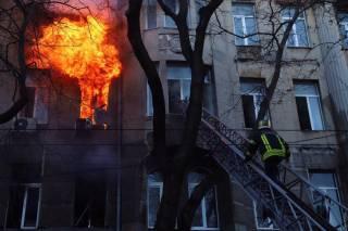 СМИ сообщили о смерти несовершеннолетней девушки на пожаре в Одессе