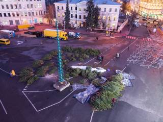 «Праздник к нам приходит»: В центре Киева начали устанавливать новогоднюю елку