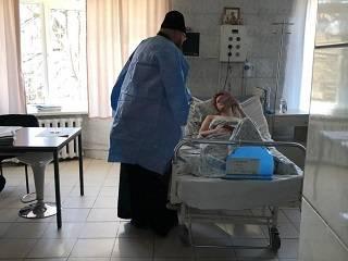 В Одессе священник УПЦ посетил пострадавших в результате пожара