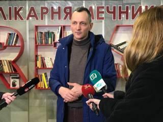 Советник премьера Юрий Голик и писатель Ян Валетов пополнили библиотеку больницы Мечникова