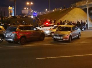 В Киеве автомобиль на скорости пробил ограждение и упал с моста