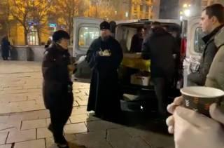 Человек Епифания снял, как глава ПЦУ подкармливает людей на Майдане