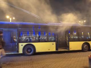 В Киеве на ж/д вокзале загорелся троллейбус с людьми