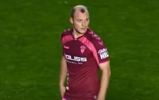 Скандал в испанском футболе: фанаты обозвали украинского футболиста нацистом, заставив арбитра прервать матч