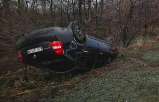 В Днепре автомобиль перевернулся на скользкой дороге и улетел в овраг