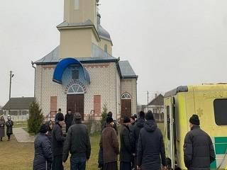 На Ровенщине продолжается религиозный конфликт: 100 правоохранителей заблокировали вход в храм УПЦ