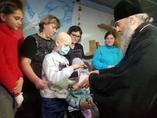 Митрополит Онуфрий приехал с подарками к 50-ти маленьким пациентам Национального института рака