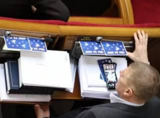 «Мы за мир»: Находчивые депутаты научились кнопкодавить даже ногами