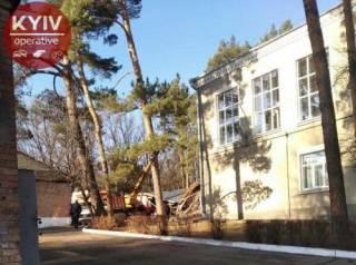 В Киеве на территории школы прогремел разрушительный взрыв