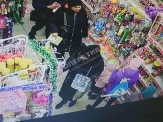 Появилось видео, как в Днепре прямо в магазине обокрали девочку-подростка