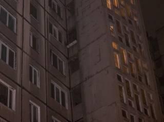 В Киеве мужчина вместе со стеклом выпал из окна многоэтажки