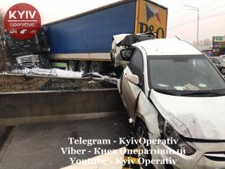 Уснул за рулем: водитель фуры устроил эпичное ДТП в Киеве