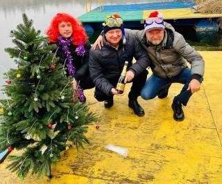 Украинские дайверы установили новогоднюю ель на дне Днепра