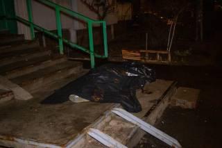 В Киеве с балкона высотки выпал мужчина с порезанной рукой