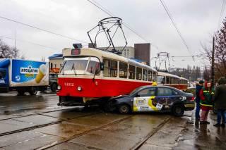 В Киеве такси эпично «припарковалось» под трамваем