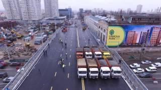 Восемь 30-тонных грузовиков проверили Шулявский мост на прочность над головой у Кличко