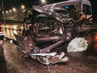 В Киеве «взбесившаяся» фура раздавила легковушку с водителем