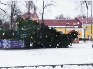 Накануне Нового года в центре городка на Хмельнитчине упала главная елка