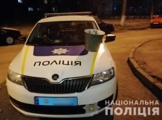 Под Киевом мужчина с ведром напал на полицейский автомобиль