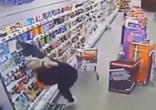 В шотландском супермаркете женщину атаковал… «призрак»
