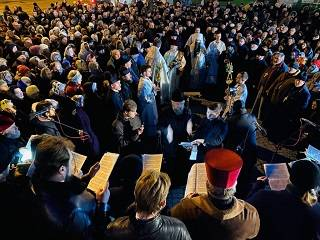 В Виннице сотни верующих УПЦ провели молитвенное стояние возле Спасо-Преображенского собора