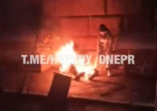 В центре Днепра заживо сгорел пьяный бомж: появилось видео 18+