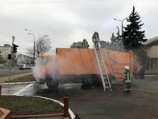 В Киеве водитель загоревшегося мусоровоза не растерялся и нашел нетривиальный способ его потушить