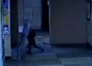 В одной из больниц Киева маленького мальчика придавило дверью: появилось видео