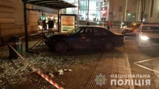 В центре Львова машина протаранила остановку с людьми