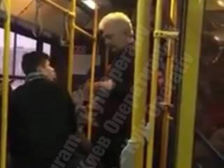 В Киеве водитель автобуса пытался выгнать из салона юного пассажира