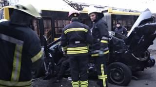 В Киеве автомобиль протаранил остановку общественного транспорта с людьми