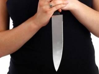 В Киеве женщина ударила себя в живот подаренным ножом