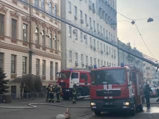 Людей на пожаре в центре Киева пришлось спасать с помощью автолестницы