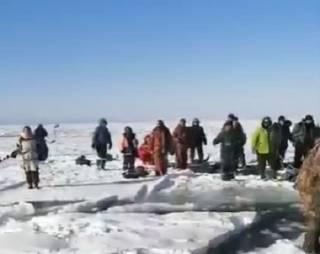 Сотни российских рыбаков «уплыли» на льдине в Охотское море