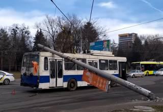 Во Львове два столба упали на троллейбус с людьми и машину
