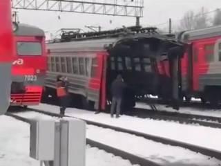 В Подмосковье «взбесившийся» вагон электрички разорвало на две части