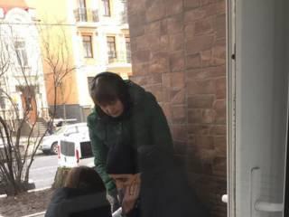В Киеве на пороге поликлиники мужчина потерял сознание. В регистратуре в помощи отказали, предложив вызвать «скорую»