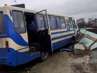 В Каменском водитель школьного автобуса, везя детей в бассейн, умер прямо за рулем