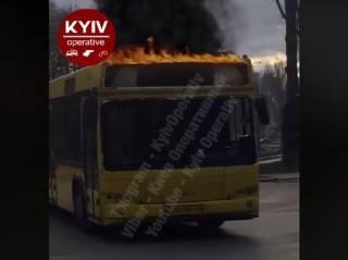 По Киеву колесил пылающий автобус с разбитым стеклом и брутальным водителем