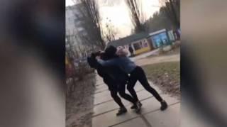 В Киеве девочки-подростки избили девятиклассницу, снимая все на видео