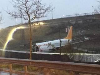 В аэропорту Стамбула потерпел крушение Boeing 737. На борту находились 183 человека