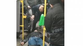 В Харьковском троллейбусе до полусмерти избили парня за то, что у него не было билета
