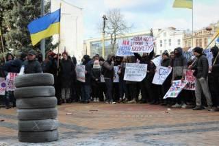 Шины под городским советом: в Виннице люди вышли на митинг против коррупции