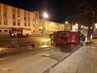 В Одессе в результате ДТП перевернулась пожарная машина