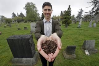 В США начали делать удобрение из… мертвых людей